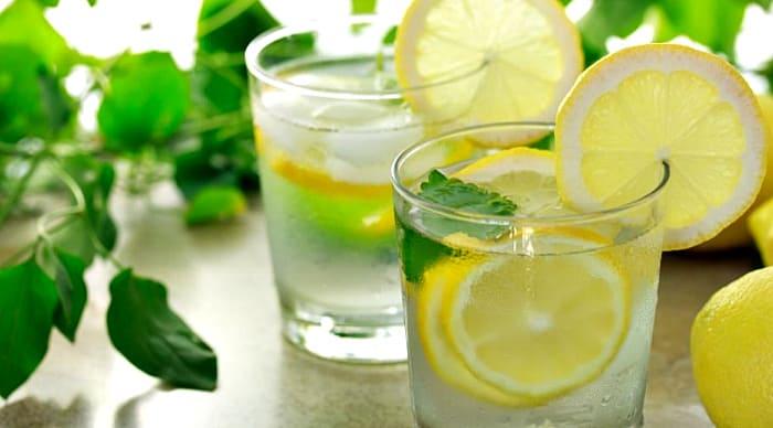 лимонад с листьями базилика