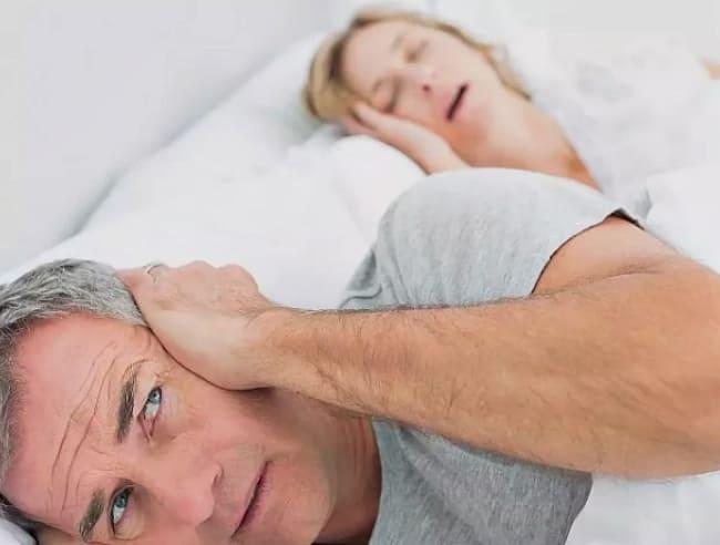 мешает спать храп